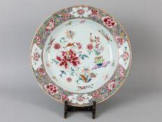 Große Famille-rose-Rundplatte; China; 18./19. Jh.<br><br>Porzellan mit goldstaffierter farbiger Emai