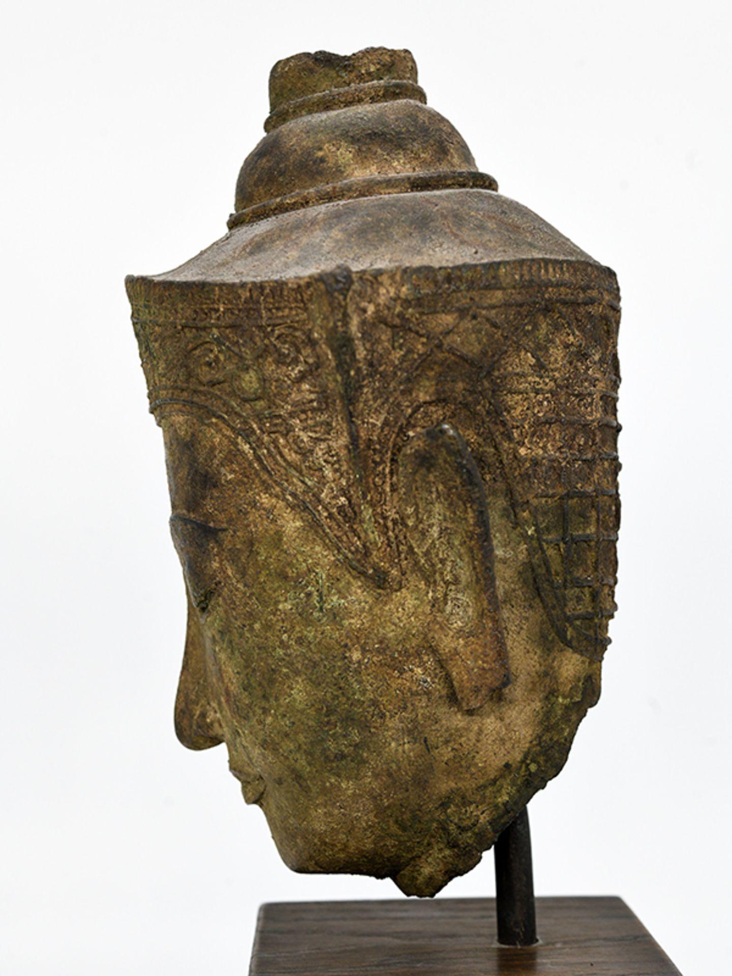 """Bronze-Kopf des """"Buddha Paré""""; Siam (Thailand); frühe Ayutthaya Periode (ca. 1450 - 1600).<br><br>Br - Bild 8 aus 11"""
