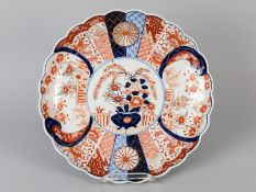 Großer Imari-Teller; China; Ende 19. Jh.<br><br>Porzellan mit unter Glasur blauem sowie eisenrotem u