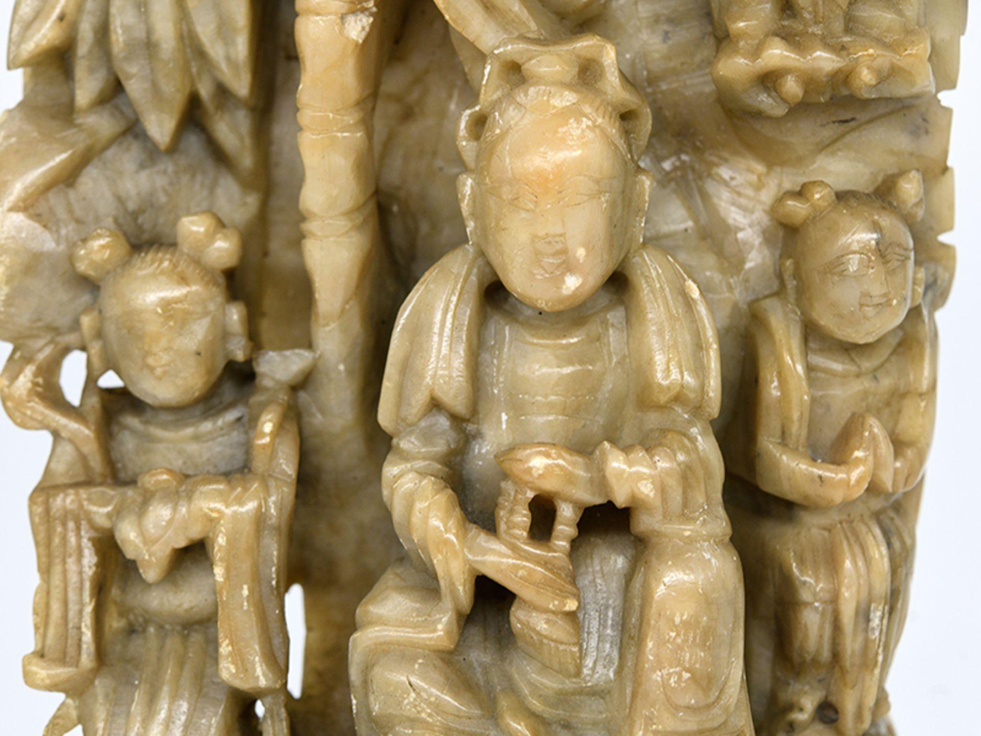 Buddhistische Speckstein-Figuren-Stele; China; wohl späte Ming-/frühe Qing-Zeit (17./18. Jh.). - Image 2 of 3