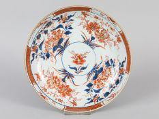Schale mit Imari-Dekor; China; 19. Jh.<br><br>Porzellan mit unter Glasur blauer Malerei; eisenroter