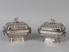 Paar Kaviar-Deckelschalen; wohl England; 1. Hälfte 20. Jh.<br><br>Versilbert (plated) auf Kupfer; je