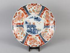 Großer Teller mit Imari-Dekor; wohl China; um 1900.<br><br>Porzellan mit unter Glasur kobaltblauer M