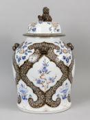Große Deckelvase mit chinoisem Dekor; 2. Hälfte 20. Jh.<br><br>Steingut mit unter Glasur braunem und