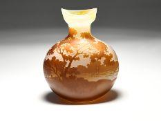 Kleine Vase mit Landschaftsdekor; 2. Hälfte 20. Jh.<br><br>Farbloses Glas; hellbraunfarbig überfange
