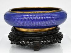 Cloisonné-Schale; China; 19. Jh.<br><br>Kupfer/Messing mit blau-goldfarbigem Emaille-Cloisonné-Dekor