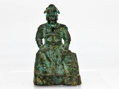 Figur eines chinesischen Kriegers bzw. Feldherrn; China; wohl 19. Jh.<br><br>Bronze; grünliche Patin