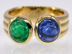 Ring mit Saphir-Cabochon ca. 2;10 ct und Smaragd-Cabochon ca. 1;37 ct; 90- er Jahre.<br><br>750/- Ge