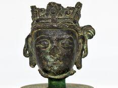 Kopf eines Bodhisattva; wohl Nepal oder Tibet; 17. oder 18. Jahrhundert.<br><br>Bronze mit grüner Pa