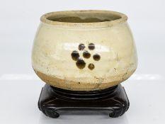 Schalengefäß; China; Song-Dynastie (960 - 1279).<br><br>Steinzeug mit cremefarbiger Glasur und bräun