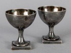 Paar kleine Eierbecher; wohl um 1800.<br><br>Silber (säuregeprüft); Gesamtgewicht ca. 56 g; in halbk