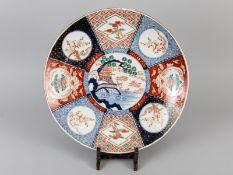 Großer Teller mit Imari-Dekor; Japan; um 1900.<br><br>Porzellan mit unter Glasur kobaltblauem Dekor;