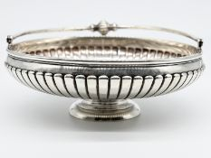 Henkelkorb; Österreich; ca. 1890.<br><br>Silber; Gesamtgewicht ca. 586 g; runde gerippte Grundform a