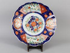 Großer Teller mit Imari-Dekor; Japan; um 1900.<br><br>Porzellan mit unter Glasur kobaltblauer Malere