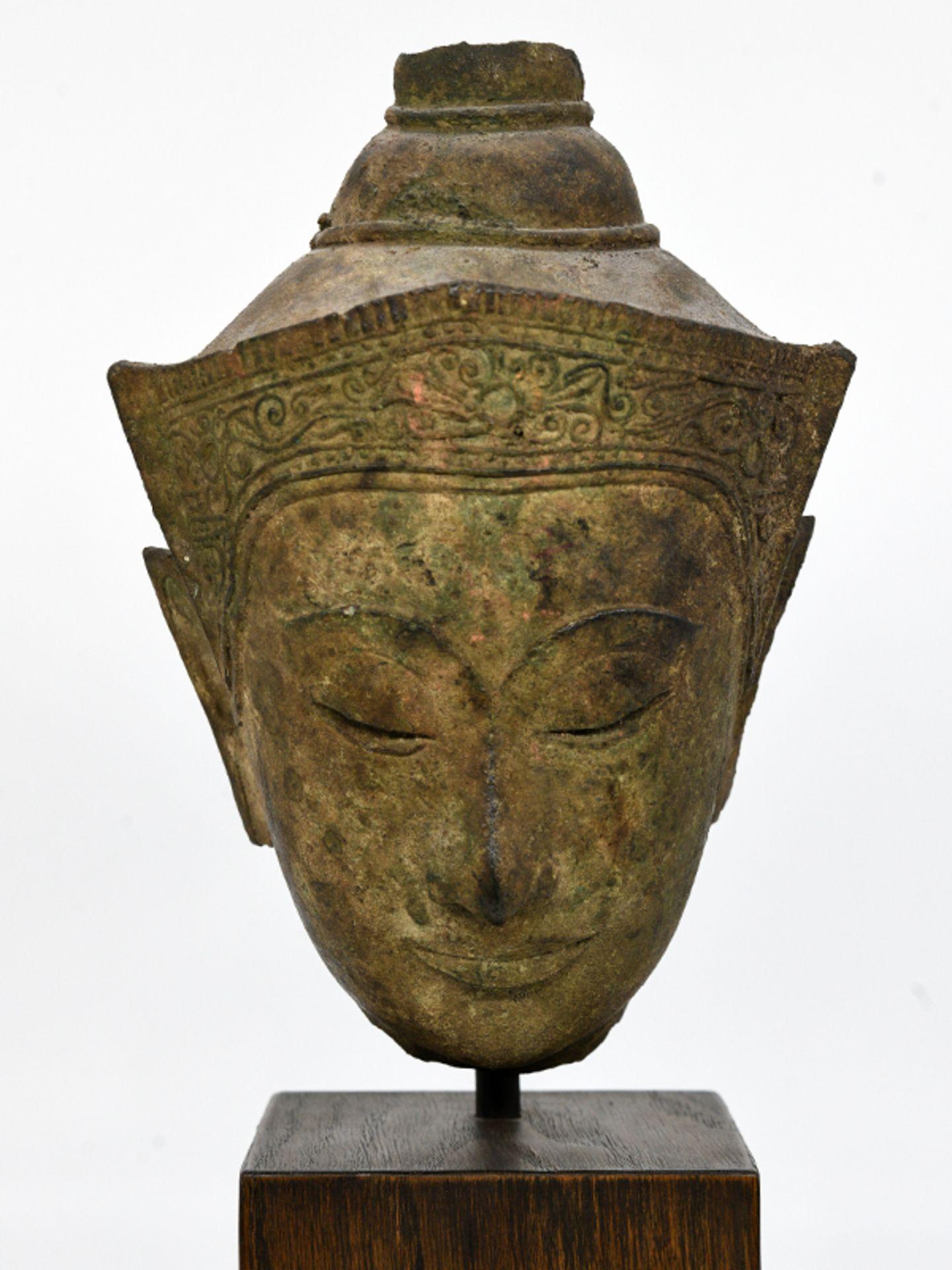"""Bronze-Kopf des """"Buddha Paré""""; Siam (Thailand); frühe Ayutthaya Periode (ca. 1450 - 1600).<br><br>Br"""
