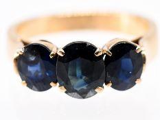 Ring mit 3 Saphiren; 50- Jahre.<br><br>585/- Gelbgold. Gesamtgewicht ca. 4;3 g. Drei nebeneinander l