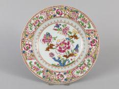"""Teller mit """"famille rose""""-Dekor; China; 20. Jh.<br><br>Porzellan mit polychromem Schmelzfarbendekor"""