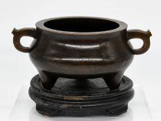 Bronze-Gefäß (Koro/Räuchergefäß); China; Xuande-Marke; wohl 18. Jh.<br><br>Rundschale auf 3 Füßen mi
