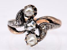 Jugendstil-Ring mit 2 Orient-Halbperlen und 7 Diamantrosen; zus. ca. 0;1 ct; um 1900.<br><br>585/- G