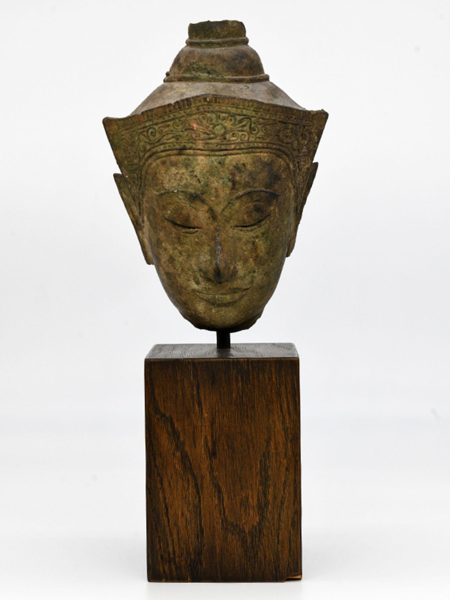 """Bronze-Kopf des """"Buddha Paré""""; Siam (Thailand); frühe Ayutthaya Periode (ca. 1450 - 1600).<br><br>Br - Bild 2 aus 11"""