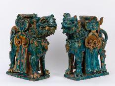 Paar Fo-Hunde als Standartenträger; China; Ming-Dynastie (1368 - 1644).<br><br>Terracottaplastiken m