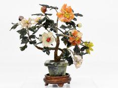 Jade-Steinbaum mit Blüten und Blättern; China; 20. Jh.<br><br>Jade; Karneol und Nephrit; in grünlich