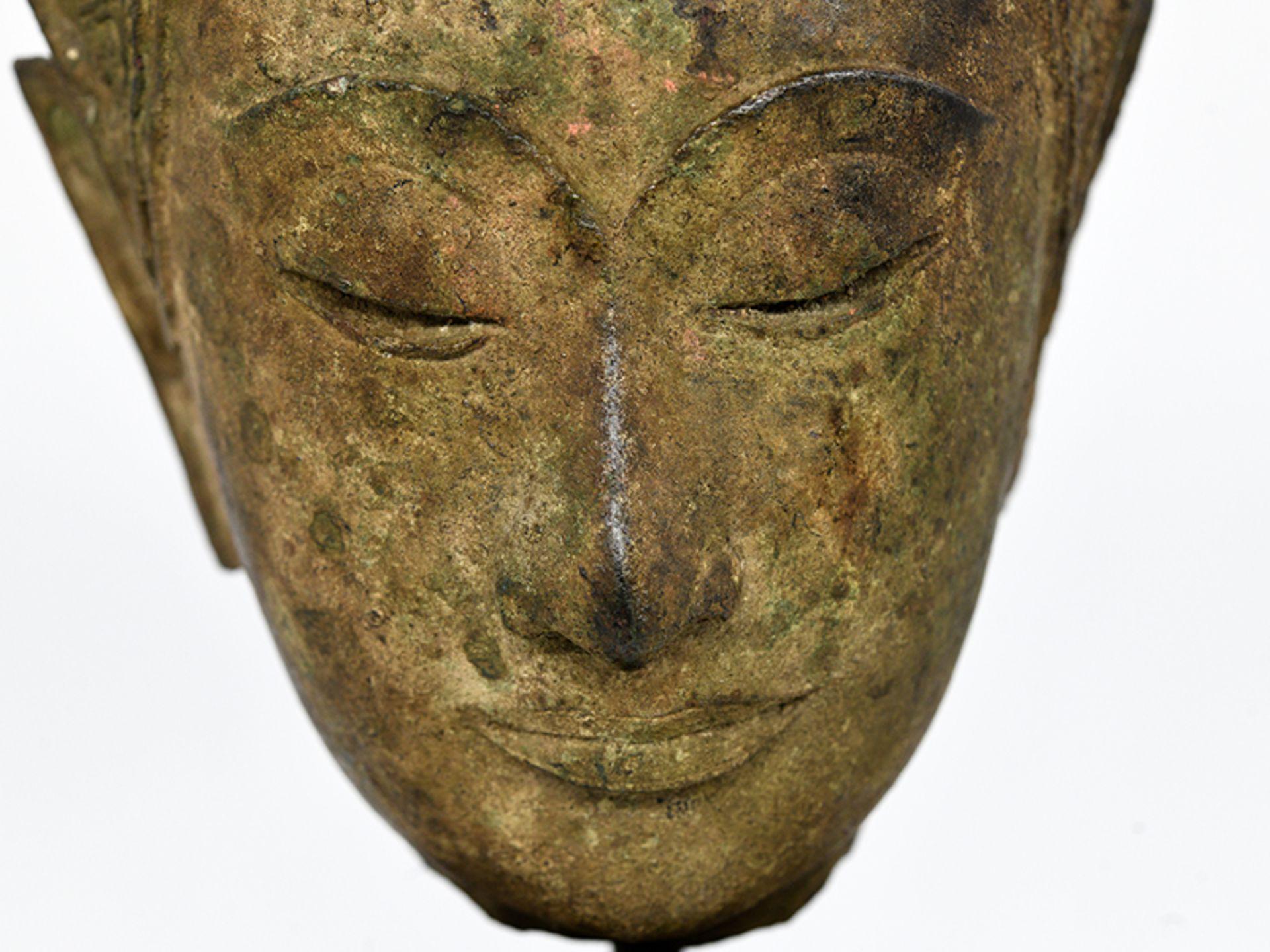 """Bronze-Kopf des """"Buddha Paré""""; Siam (Thailand); frühe Ayutthaya Periode (ca. 1450 - 1600).<br><br>Br - Bild 6 aus 11"""