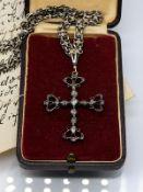 Collierkette und Kreuzanhänger mit farblosen Steinen; 19. Jh.<br><br>Silber; Gold und Messing. Gesam