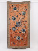 Antike Seidenstickerei; China; wohl 19. Jh.<br><br>Auf lachsfarbigem Seidengrund blau-weiß variierte