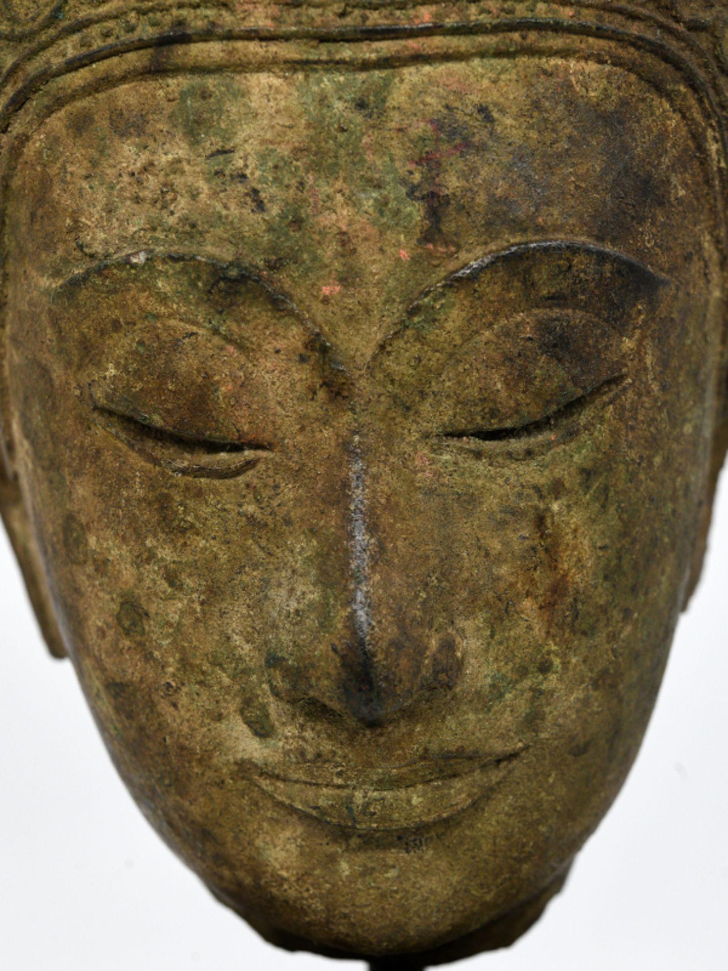 """Bronze-Kopf des """"Buddha Paré""""; Siam (Thailand); frühe Ayutthaya Periode (ca. 1450 - 1600).<br><br>Br - Bild 3 aus 11"""