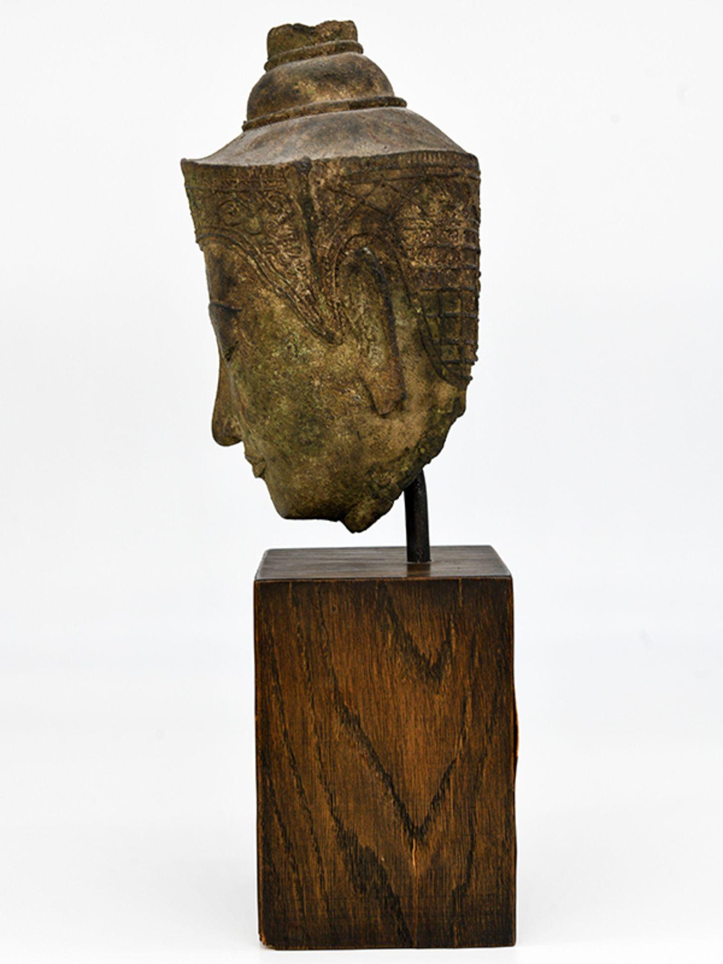 """Bronze-Kopf des """"Buddha Paré""""; Siam (Thailand); frühe Ayutthaya Periode (ca. 1450 - 1600).<br><br>Br - Bild 7 aus 11"""