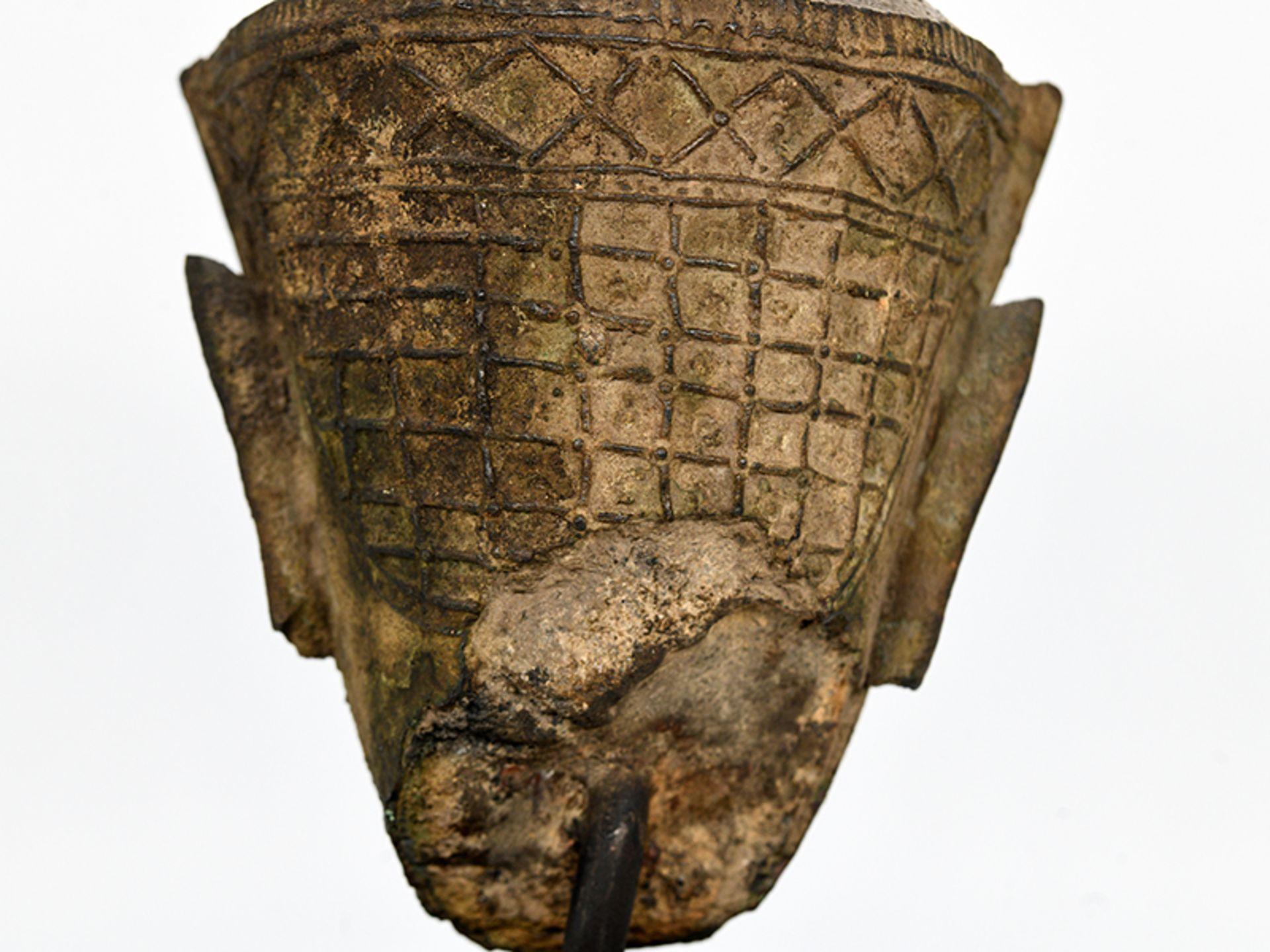 """Bronze-Kopf des """"Buddha Paré""""; Siam (Thailand); frühe Ayutthaya Periode (ca. 1450 - 1600).<br><br>Br - Bild 11 aus 11"""