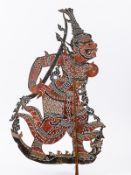 2 Schattenspielfiguren; Indien; 19. Jh.<br><br>Getrocknete und teils farbig bemalte Tierhäute /Leder