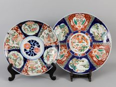 2 größere Teller im Imari-Stil; China; 20. Jh.<br><br>Porzellan mit unter Glasur kobaltblauer Malere