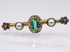Kleine Nadel mit Smaragd; Orient-Halbperlen und kleinen Diamantrosen; um 1900.<br><br>585/- Roségold