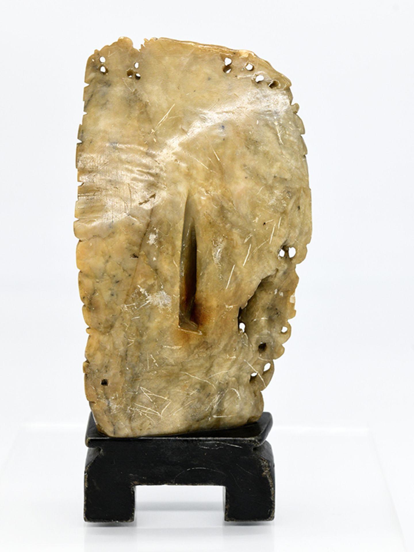 Buddhistische Speckstein-Figuren-Stele; China; wohl späte Ming-/frühe Qing-Zeit (17./18. Jh.). - Image 3 of 3