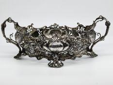 Große Jugendstil-Jardinière; um 1900.<br><br>Versilbert; ovales Metallgestell in floral-reliefierter