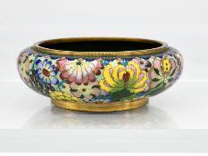 Cloisonné-Schale; China; 19./20. Jh.<br><br>Kupfer/Messing mit polychromem Floral- und Blattdekor so