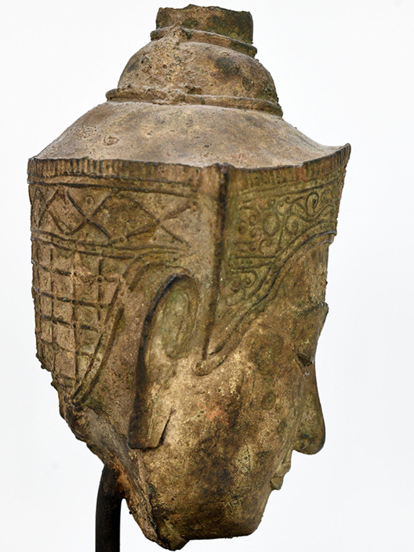 """Bronze-Kopf des """"Buddha Paré""""; Siam (Thailand); frühe Ayutthaya Periode (ca. 1450 - 1600).<br><br>Br - Bild 9 aus 11"""
