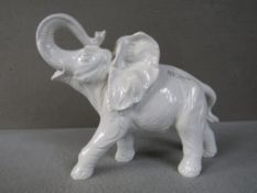 Porzellanfigur stürmender Elefant ca.37cm lang