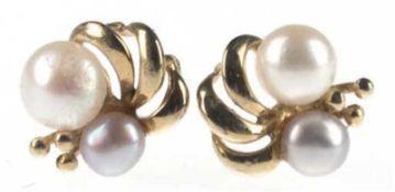 Paar Perl-Ohrstecker, 333er GG, blütenförmige Gestaltung, besetzt mit grauer und weißerPer