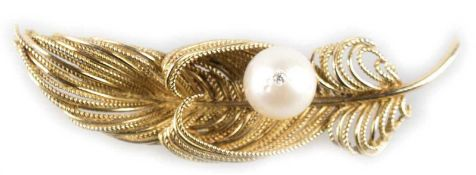 Brosche in Form einer Feder, 750er GG, aufgesetzte Perle mit Dm. 12 mm und darineingesetztem