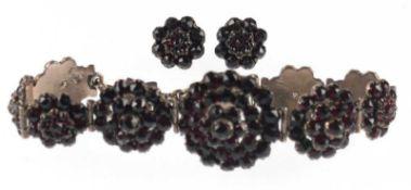 Granat-Armband und -Ohrstecker, Böhmen um 1840, Tombakfassung, rosettenförmige Glieder,Armb