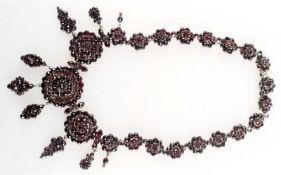 Granat-Collier, Böhmen um 1840, Tambak-Fassung, rosettenförmige Glieder, Schauseite mit