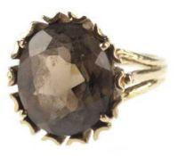 Ring, 585er GG, besetzt mit ovalem Rauchtopas in Krappenfassung, RG 53,5