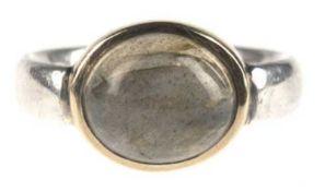Ring, 925er Silber und 750er GG, besetzt mit ovalem Mondsteincabochon, RG 66