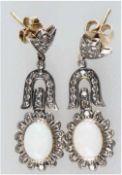 Ohrringe, 750er GG und Silber, Opale 3,0 ct., Brillanten 1,03 ct., Länge ca. 3,7 cm, Gew.7,