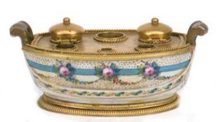Tintenfaß, 18. Jh., Sevres, Porzellan mit Floralbemalung und feuervergoldeterBronzemontierung, oval,