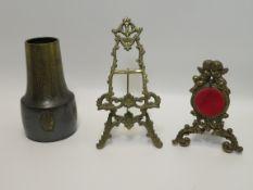 3 teiliges Konvolut, bestehend aus kleiner Staffelei, Uhrenständer und Vase.