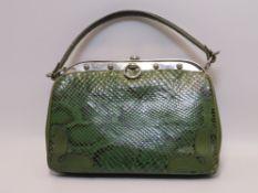 Vintage-Handtasche, grüne Schlangenhaut, Gebrauchsspuren, h 17 cm.